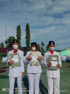 Anggota PASKIBRA Kabupaten Tapanuli Tengah dan Kecamatan Barus  terima hadiah dari MAN 1 Tapanuli Tengah